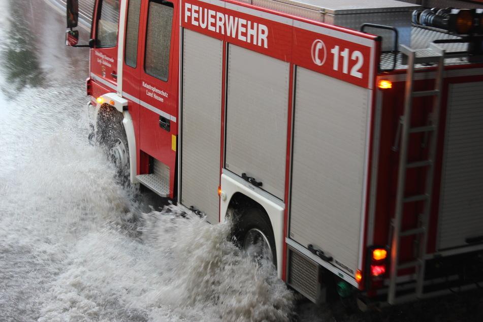Schwere Unwetter überschwemmen Unterführung: Feuerwehr findet noch was anderes im Gully
