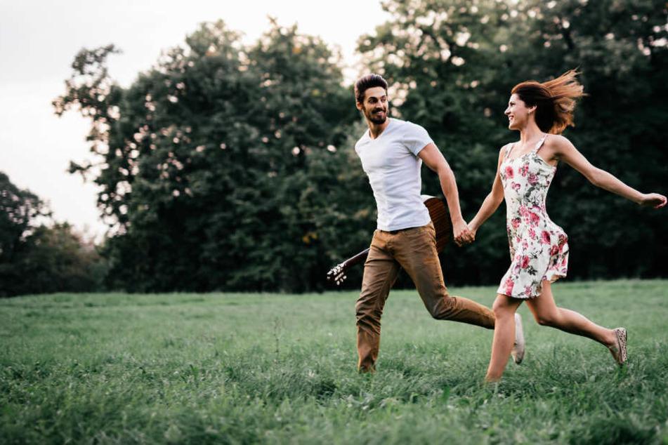 Wenn es wärmer wird, haben Singles wieder mehr Lust zu daten. (Symbolbild)