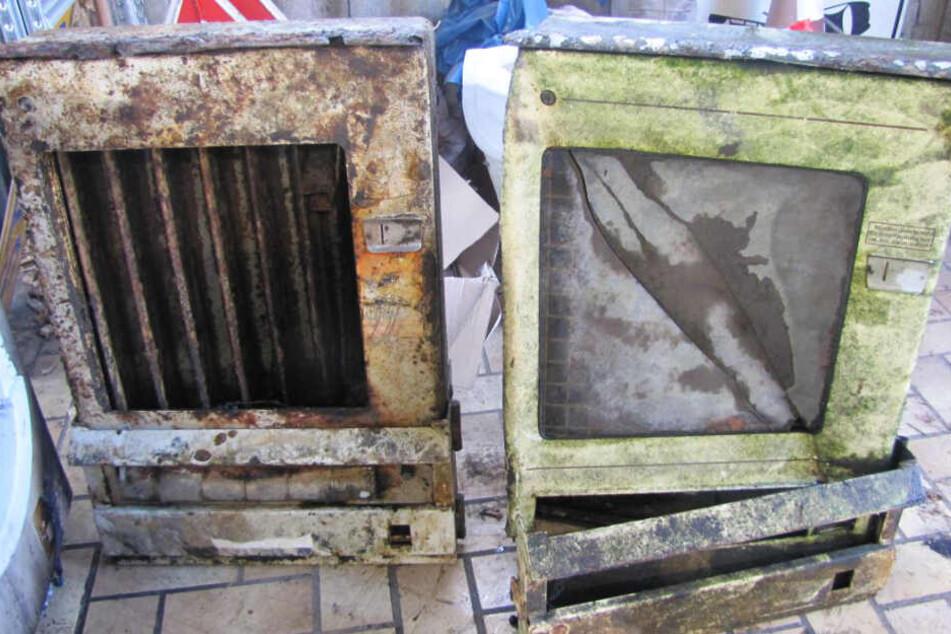 Diese beiden Zigarettenautomaten aus D-Mark-Zeiten wurden in dem Teich gefunden.