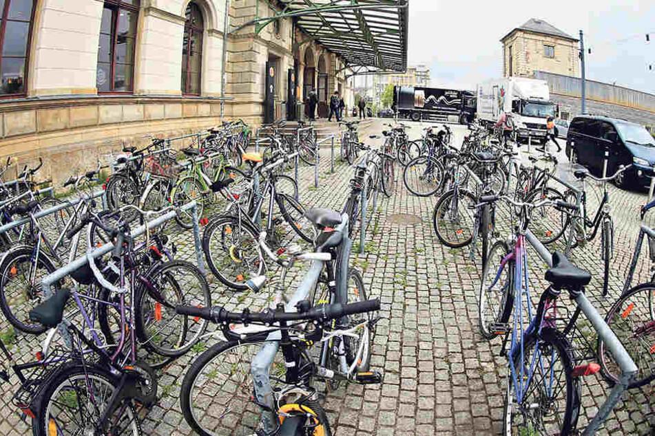 Ein Stellplatz vorm Chemnitzer Hauptbahnhof - auch hier verschwinden regelmäßig Fahrräder.