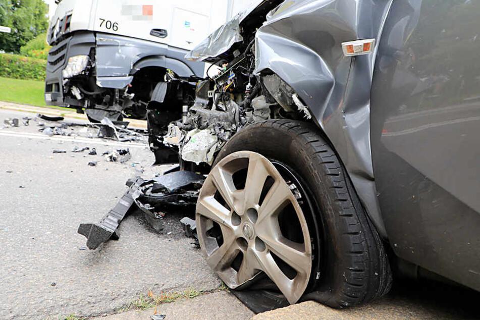 Der Corsa war auf den war auf die Gegenfahrbahn geraten und in den LKW gekracht.