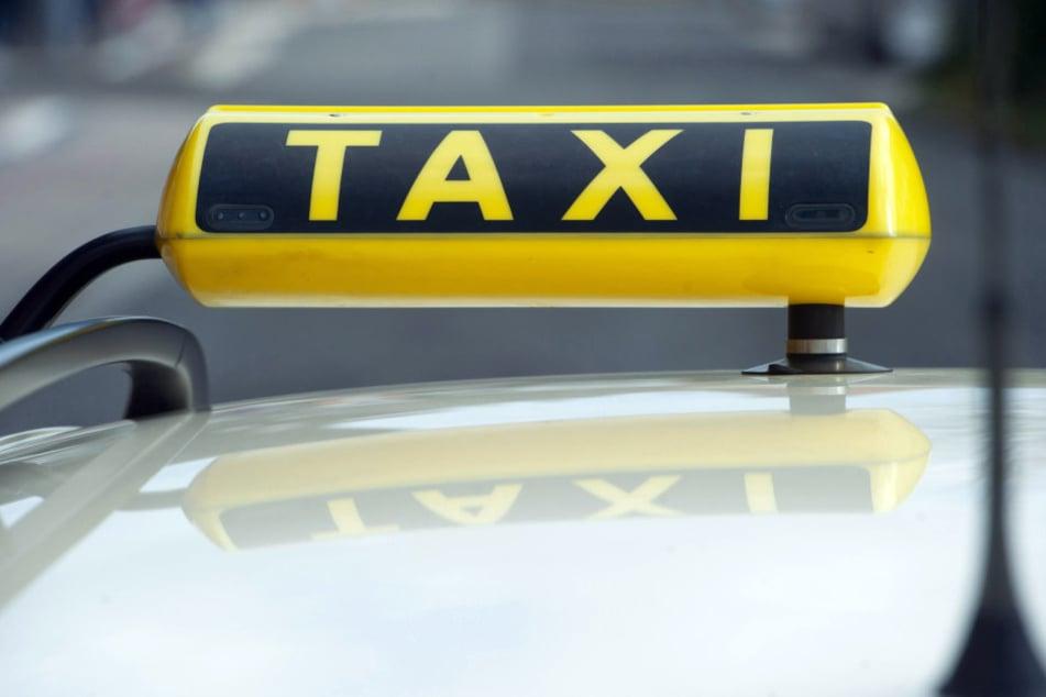 Der Fahrer sprang aus dem Taxi, nachdem der Angreifer auf ihn eingeprügelt hatte.
