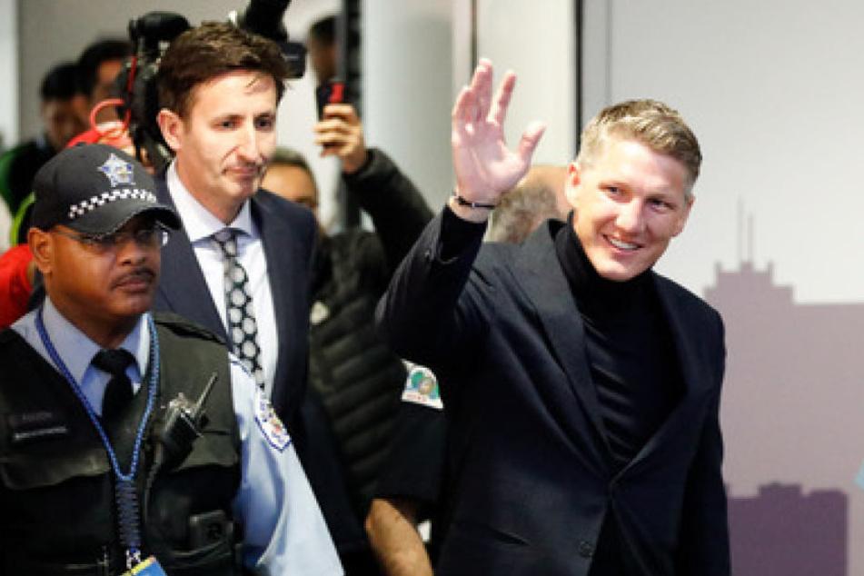Strahlendes Lächeln am Flughafen: Schweinsteiger begrüßt die Fans von Chicago Fire.