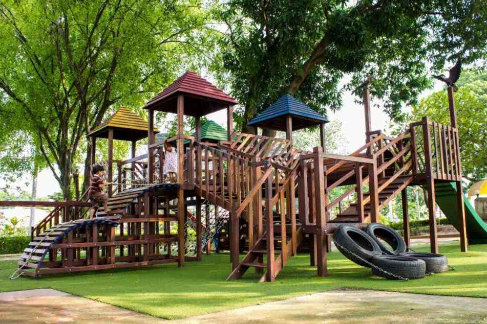 Schock auf Spielplatz: Mädchen (9) bleibt in Röhre stecken