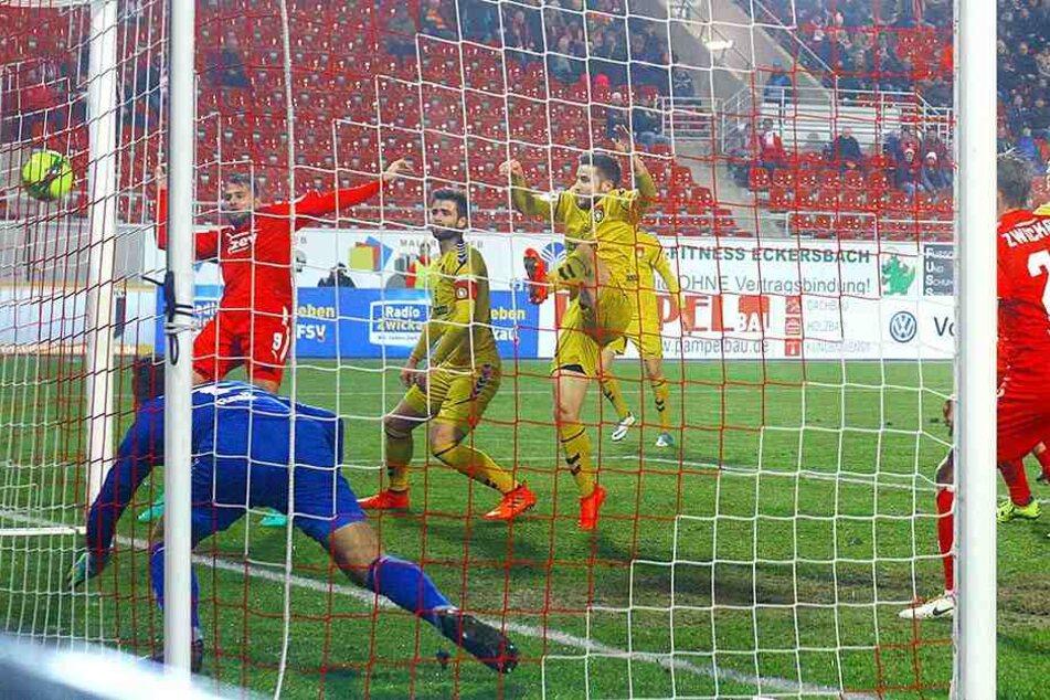 Fabian Eisele trifft zum 2:0 für den FSV Zwickau.
