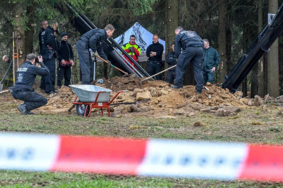 Einsatzkräfte der Polizei graben an einem möglichen Ablageort einer Mädchenleiche nahe Flossenbürg.