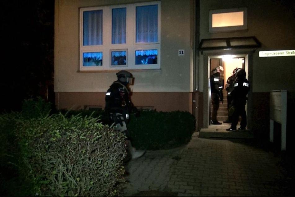 Ein Sondereinsatzkommando stürmt das Haus in der Siegerslebener Straße.