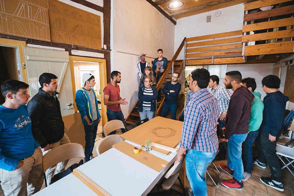 NRW-Bauminister Groschek gibt am Donnerstag den Startschuss für ein Bauprojekt, bei dem Flüchtlinge und Anwohner gemeinsam ein historisches Gebäude sanieren.
