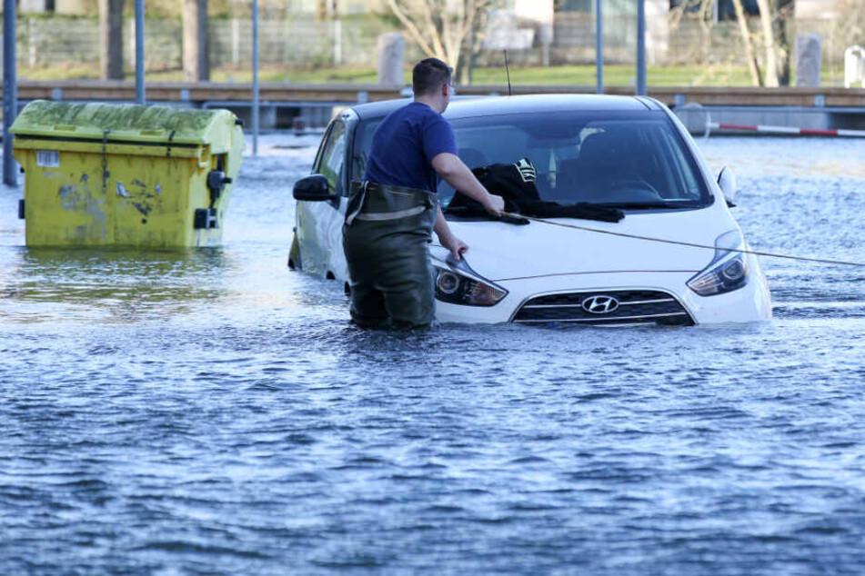 Fahrzeuge sollten in niedrig gelegenen Regionen lieber nicht abgestellt werden. (Archivbild)