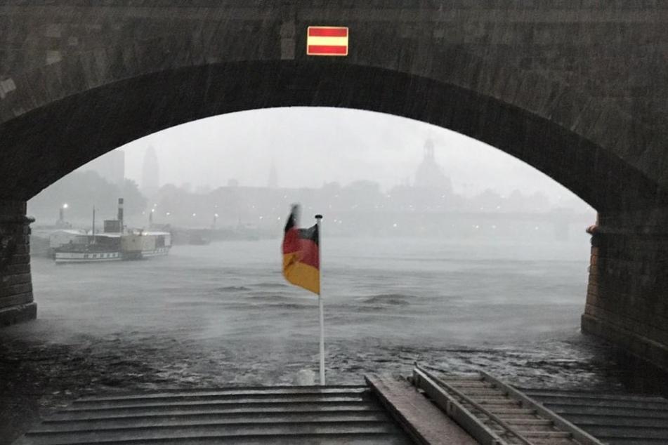 In der Landeshauptstadt regnete es plötzlich Bindfäden.