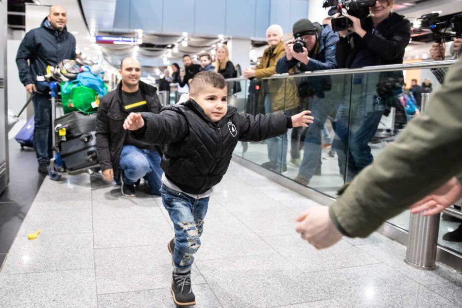 Der kleine Issa rannte seiner Mama entgegen.