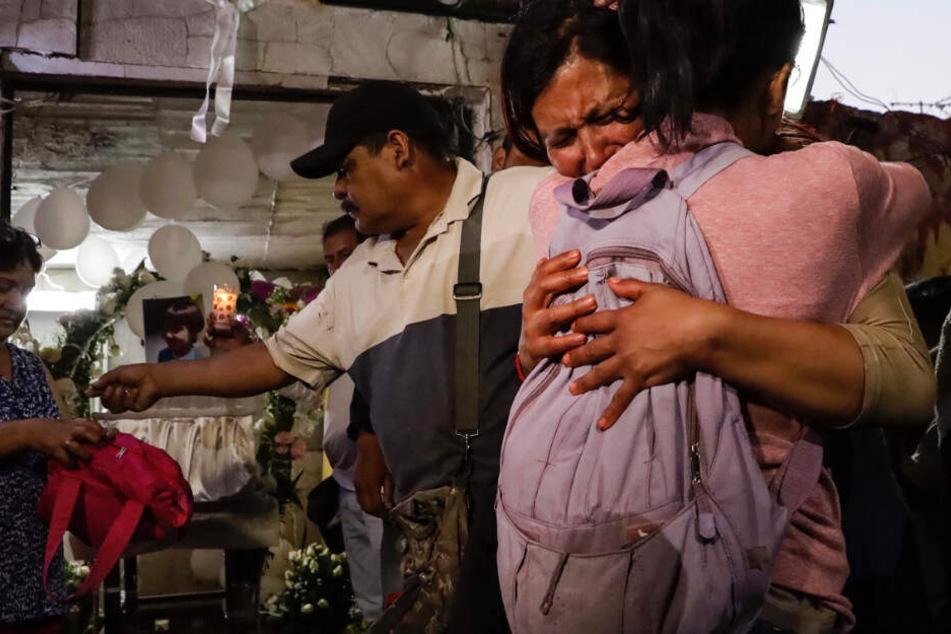 Freunde und Familie nehmen an der Totenwache eines ermordeten siebenjährigen Mädchens teil.