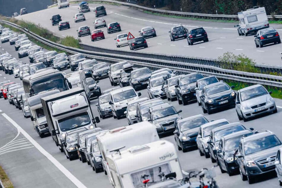 Der Vorfall sorgte für eine Vollsperrung der Autobahn und Behinderungen im Berufsverkehr (Symbolbild).