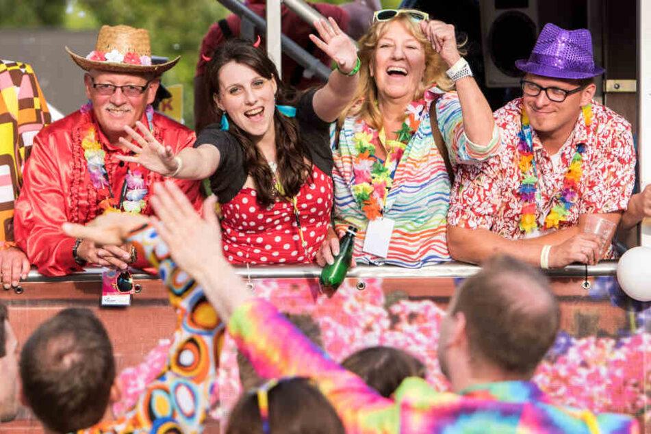 Besucher tanzen während des Schlagermoves 2018 auf einem Lastwagen und feiern zur Musik.