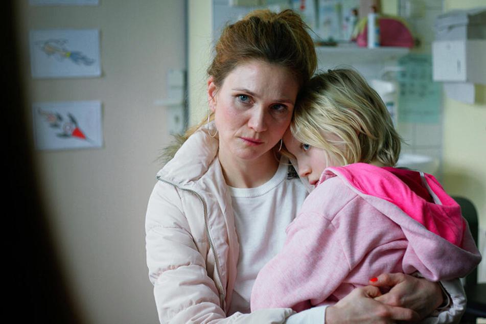 Mutter Bianca Klaaß (l., Lisa Hagmeister) ist mit ihrer schwierigen Tochter Benni (Helena Zengel) überfordert und kann deshalb nicht für sie sorgen.