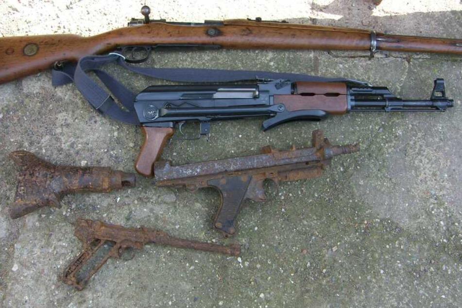 Etwa zehn Langwaffen und Pistolen sollen auf dem Grundstück gefunden worden sein.