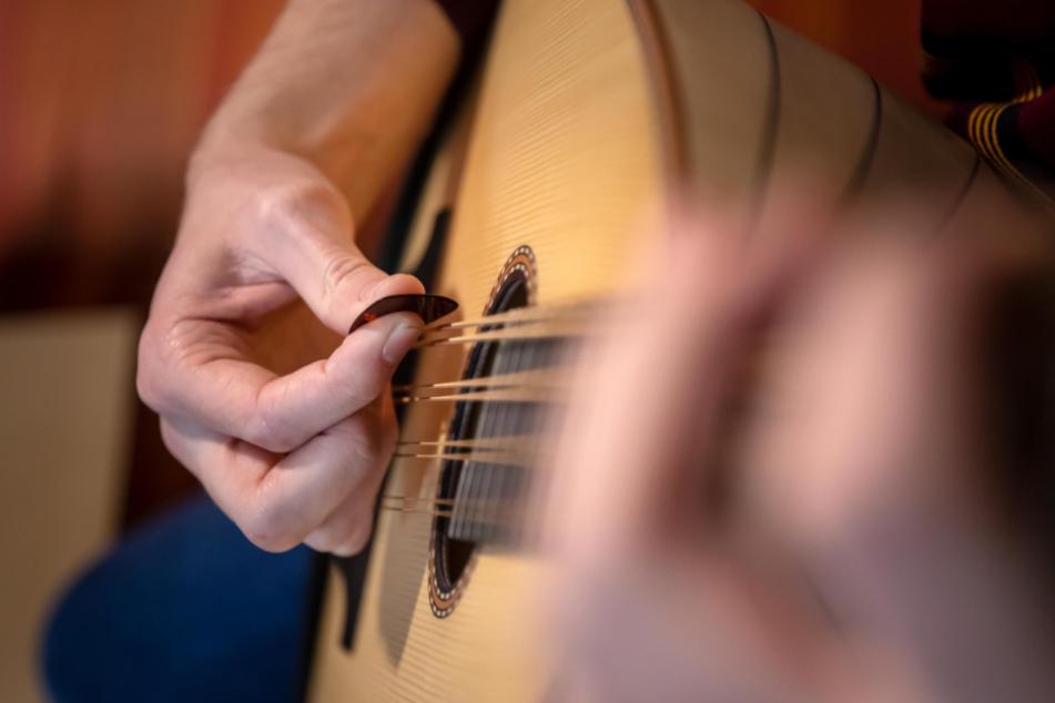 Das Mandoloncello ist ein Zupfinstrument aus der Mandolin-Familie.