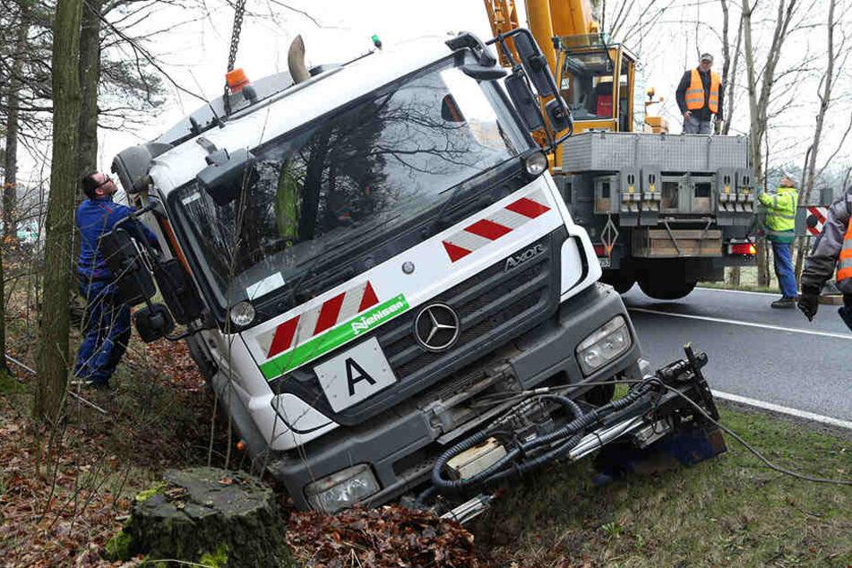 Mit einem Kran musste das elf Tonnen schwere Fahrzeug aus dem Graben gehievt werden...