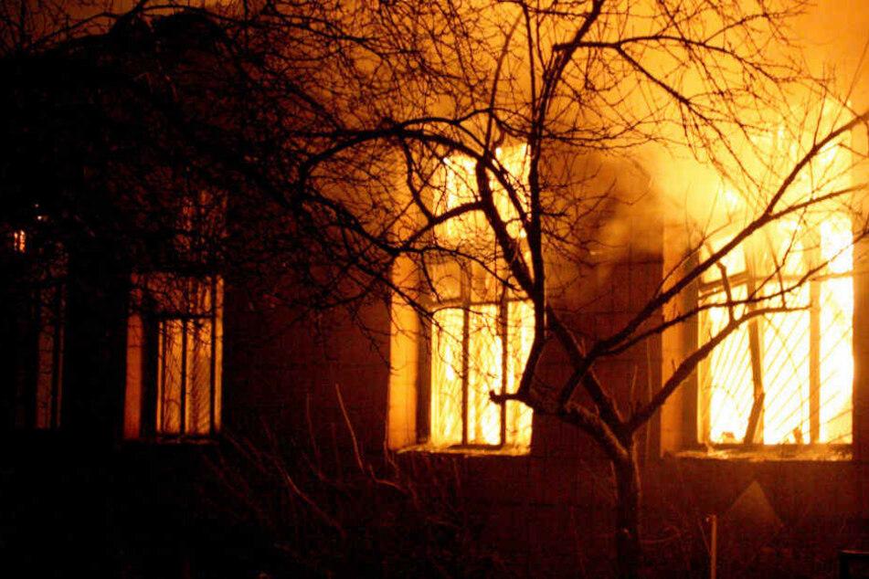 Die Flammen schlugen bereits aus den Fenstern (Symbolbild)