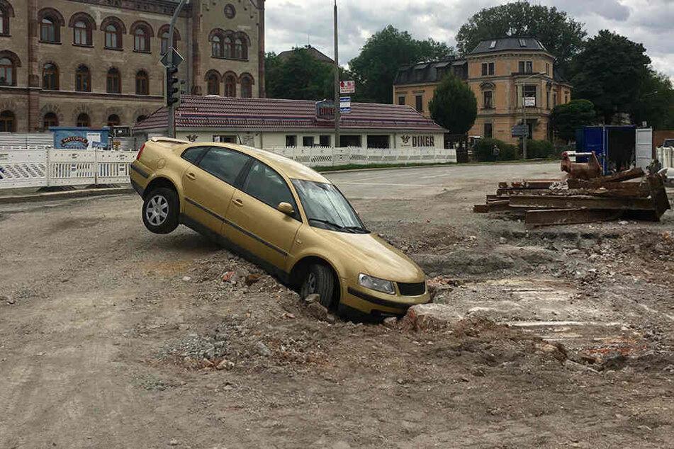 VW verirrt sich in Baustelle und bleibt stecken