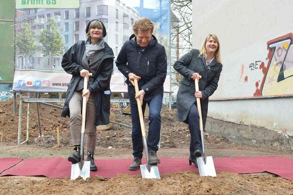 Baulücke am Brühl wird gefüllt: OB Barbara Ludwig (56, SPD), Baubürgermeister Michael Stötzer (45, Grüne) und GGG-Chefin Simone Kalew (55, v.l.) bei der Grundsteinlegung.