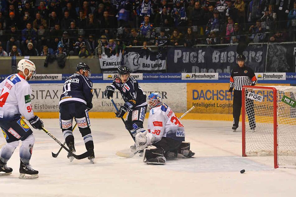Steven Rupprich (2.v.l.), der hier verfolgt, wie Teamkollege Timo Walther mit einer weiteren Möglichkeit an Heilbronns Goalie Mirko Pantkowski scheitert, ist zuversichtlich, dass die Dresdner Eislöwen in Ravensburg die richtige Reaktion auf die 2:6-Klatsc