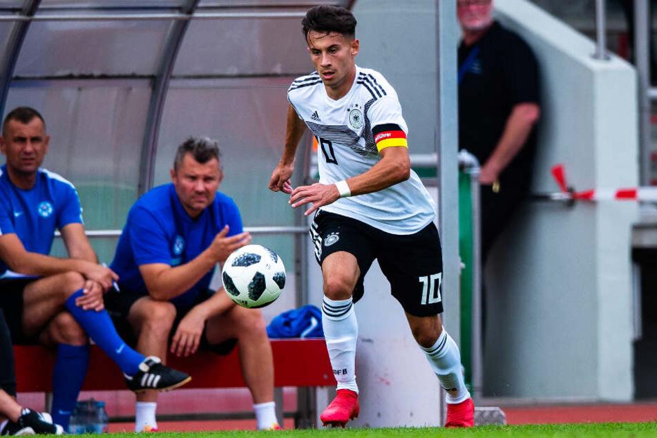 Nicolas Kühn hat mittlerweile 33 Länderspiele für die Jugend-Teams des DFB absolviert und übernimmt dort erkennbar Verantwortung. Aktuell ist er der Dreh- und Angelpunkt des U20-Nationalteams.
