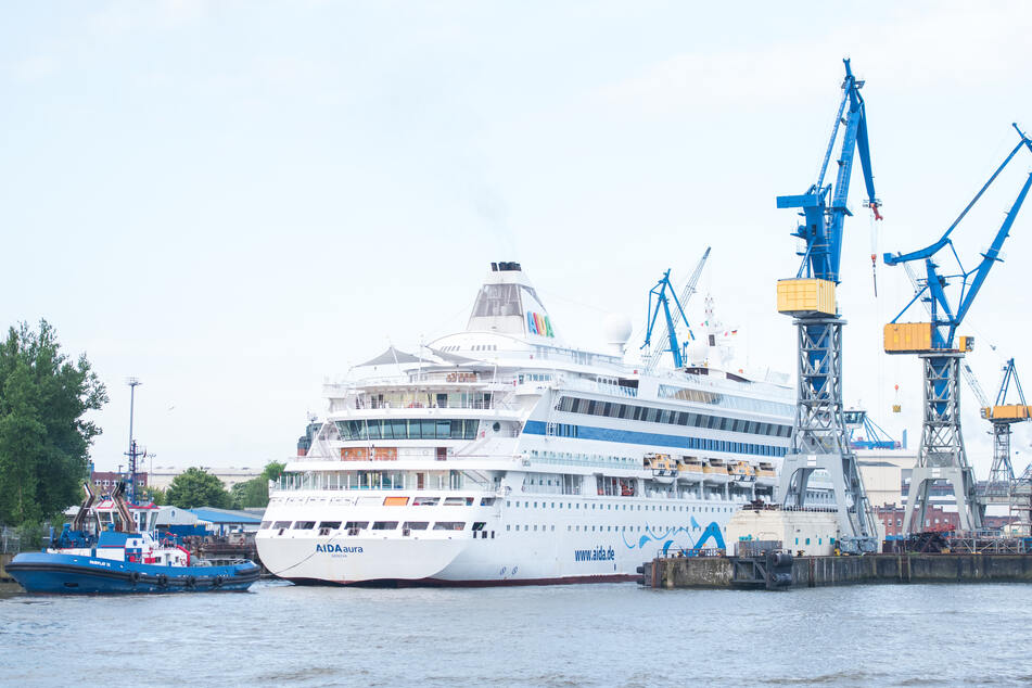 """Das Kreuzfahrtschiff """"AIDAaura"""" dockt bei der Werft Blohm+Voss ein."""