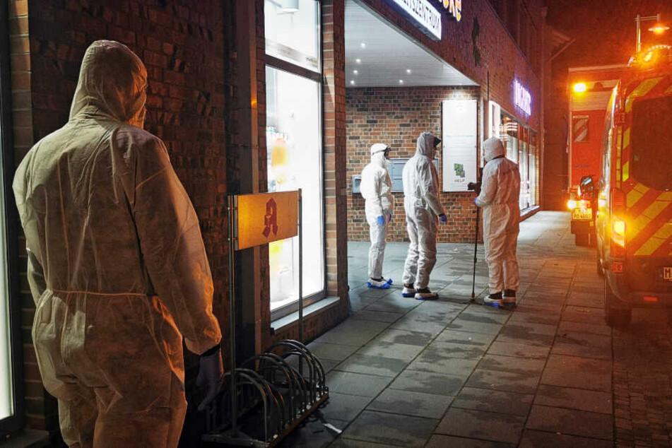 Mitarbeiter der Spurensicherung sind nach einem Mord im Einsatz.