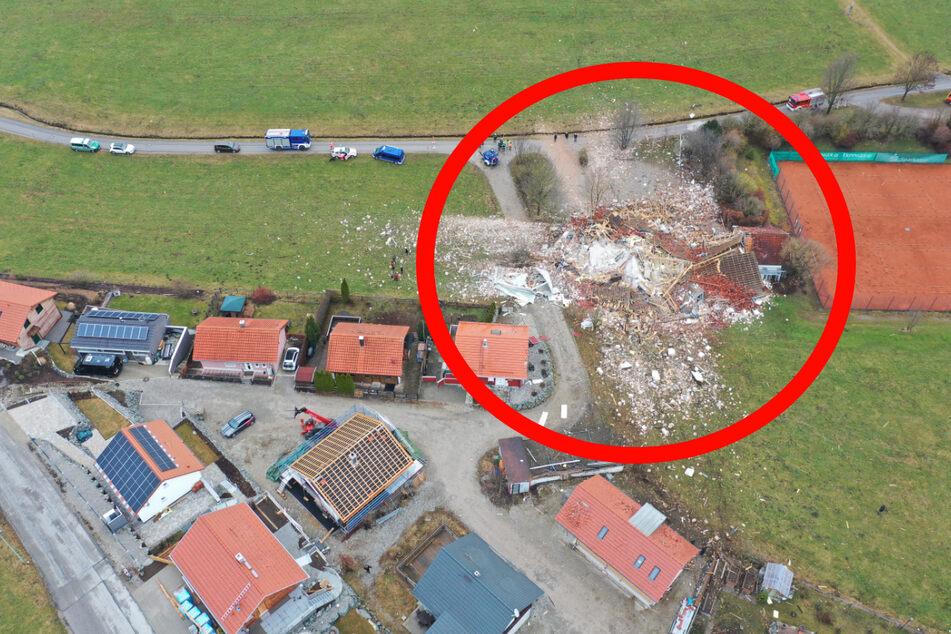 Heftige Explosion legt Vereinsheim in Schutt und Asche, Trümmerteile fliegen 200 Meter weit