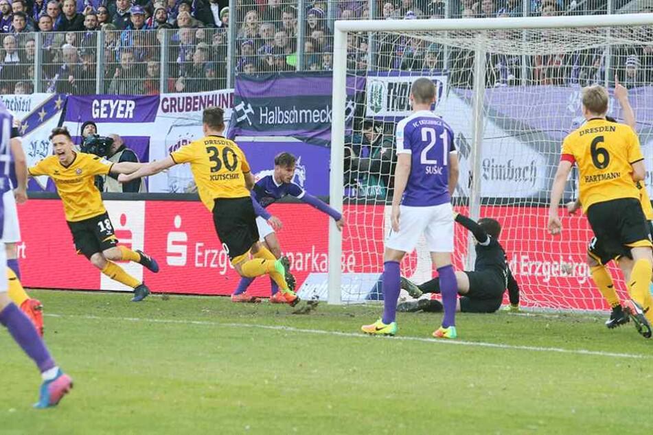 Bei seinem Treffer in Aue kam bei Janine Müller (li.) mal wieder das Stürmerblut durch.