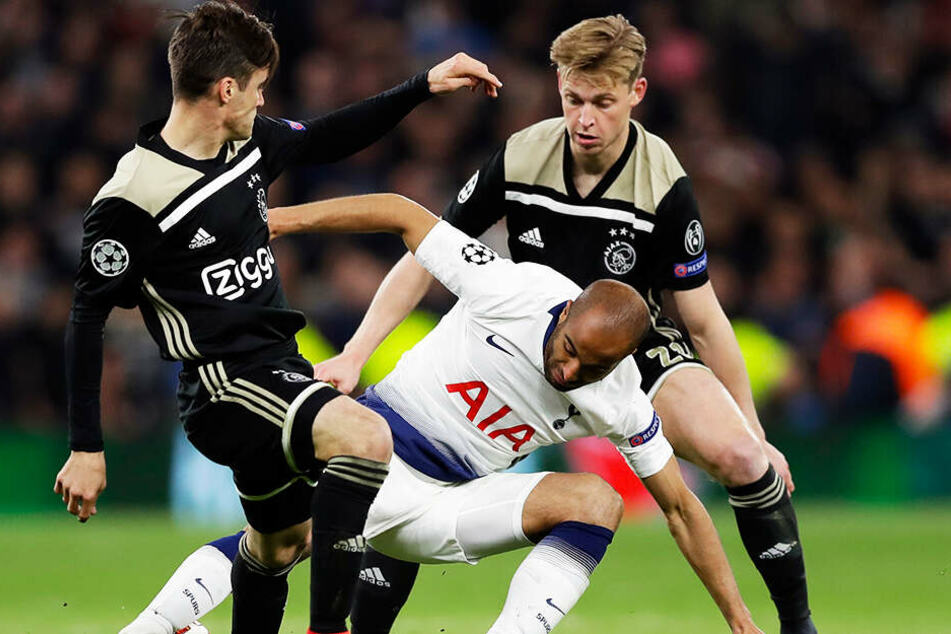 Tottenhams Lucas Moura (M.) versucht, den Ball gegen Nicolas Tagliafico (l.) und Frenkie de Jong von Ajax zu behaupten.
