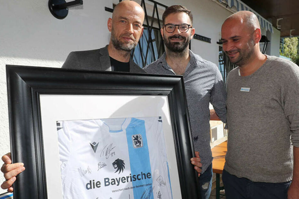Löwen-Geschäftsführer Günther Gorenzel (l) und Michael Scharold (r) zusammen mit dem neuen Pächter Benedikt Lankes.