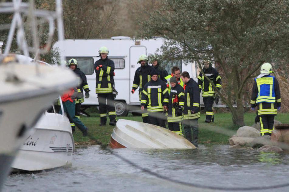 Die drei Urlauber aus der Region Chemnitz waren mit einem kleinen Motorboot trotz Sturmwarnung auf dem Peenestrom unterwegs.