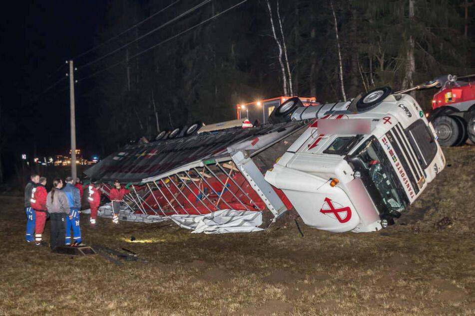 Der Sattelzug blieb nach dem Unfall auf der Seite liegen.