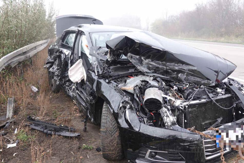 Die genaue Unfallursache ist derzeit noch unklar. Aktuell ist die Autobahn in beide Richtungen vollständig gesperrt.