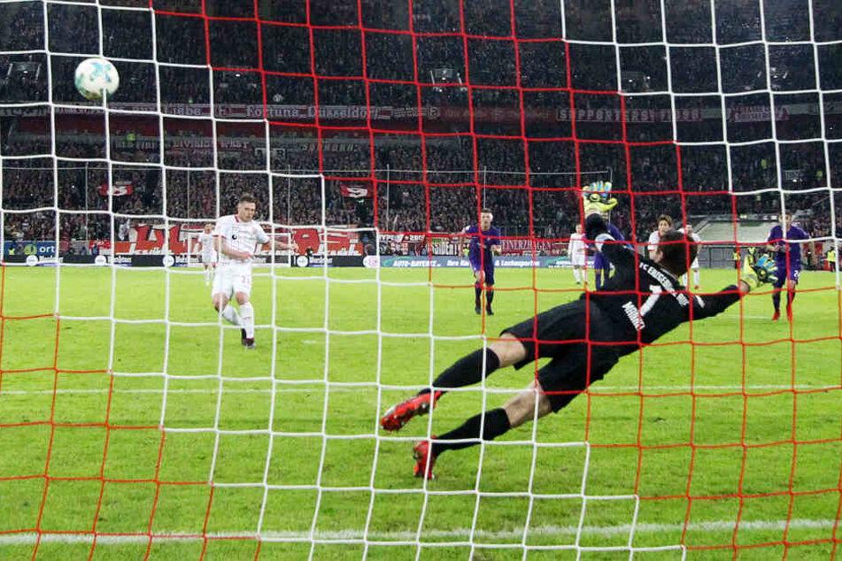 Tor für Fortuna Düsseldorf, Aue-Torhüter Martin Männel kann nicht abwehren.