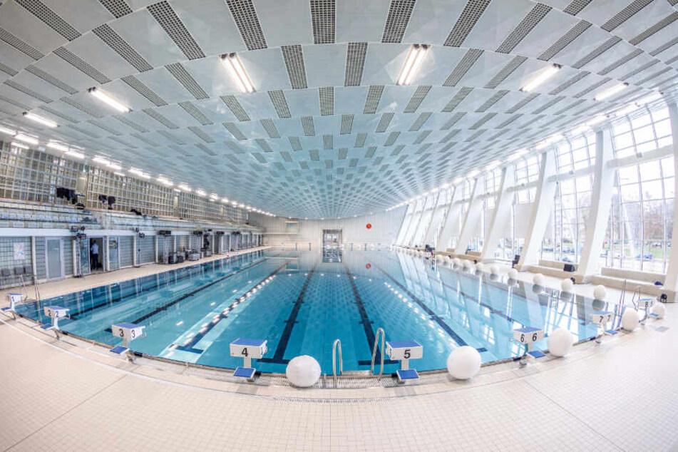 Der Hauptzugang zum Schwimmsportkomplex erfolgt ab Montag über den neu gestalteten Eingangsbereich am Freiberger Platz. Von dort erreicht man den neuen Kassentresen im Foyer. Bis auf Weiteres bleibt nur Halle 1 (Neubau) nutzbar.