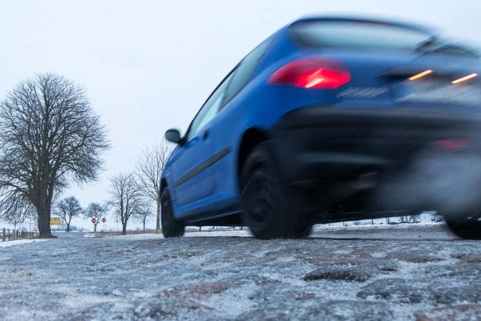 Autofahrer müssen örtlich mit Reifglätte rechnen (Symbolbild).