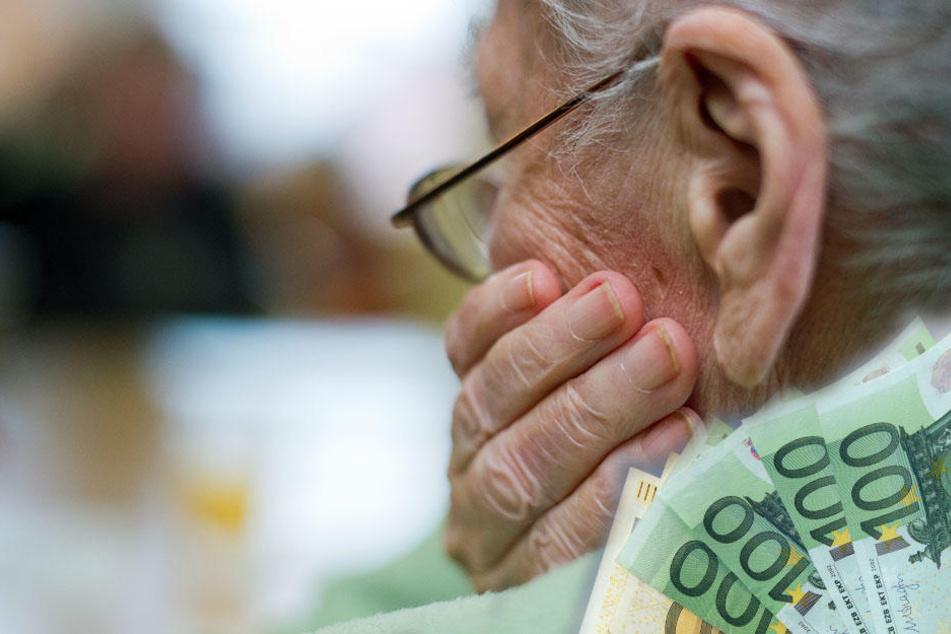 Erst nachdem der Mann weg war, bemerkten die beiden Senioren, dass er ihre gesamten Ersparnisse geklaut hatte. (Symbolbild)