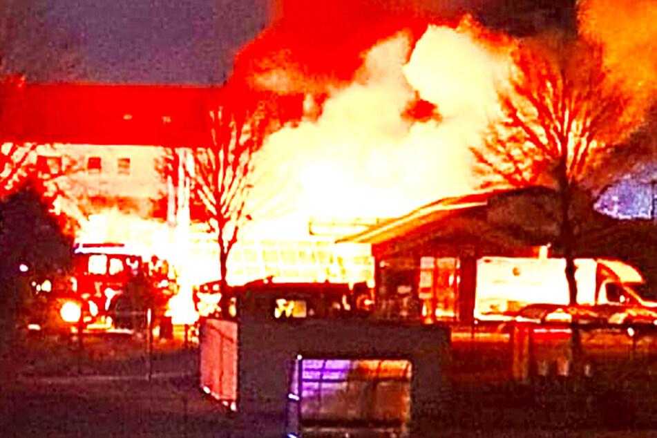 Flammen-Inferno in Sachsen: Feuerwehr wohl halbe Silvester-Nacht im Einsatz!