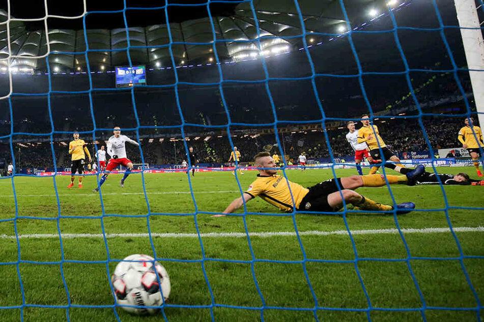 Markus Schubert guckt am Boden liegend dem Ball entgeistert hinterher, Brian Hamalainen kann nicht mehr retten - das 1:0 für den HSV war aus Dynamo-Sicht extrem unglücklich.