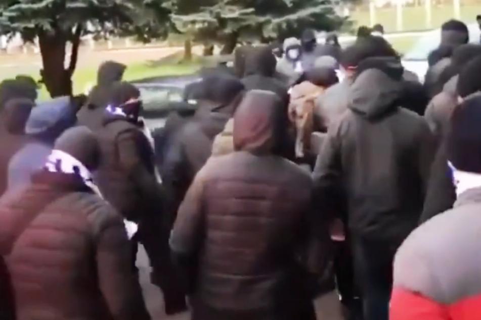 Skandal! Ultras schlagen Präsidenten und jagen ihn in Mülltonne durch die Straßen