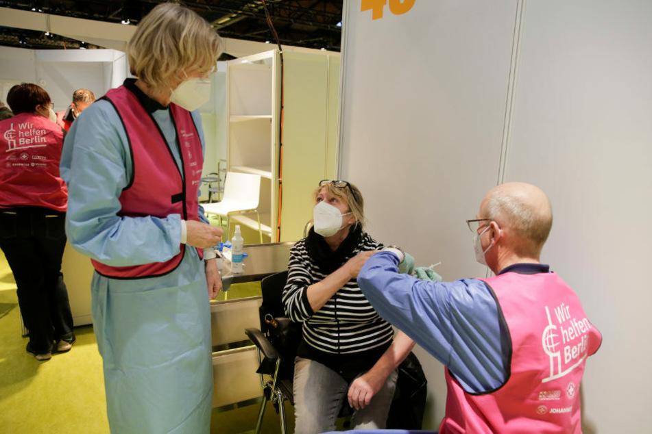 Nach dem Auftakt am Sonntag gehen die Impfungen gegen das Coronavirus in Berlin weiter.