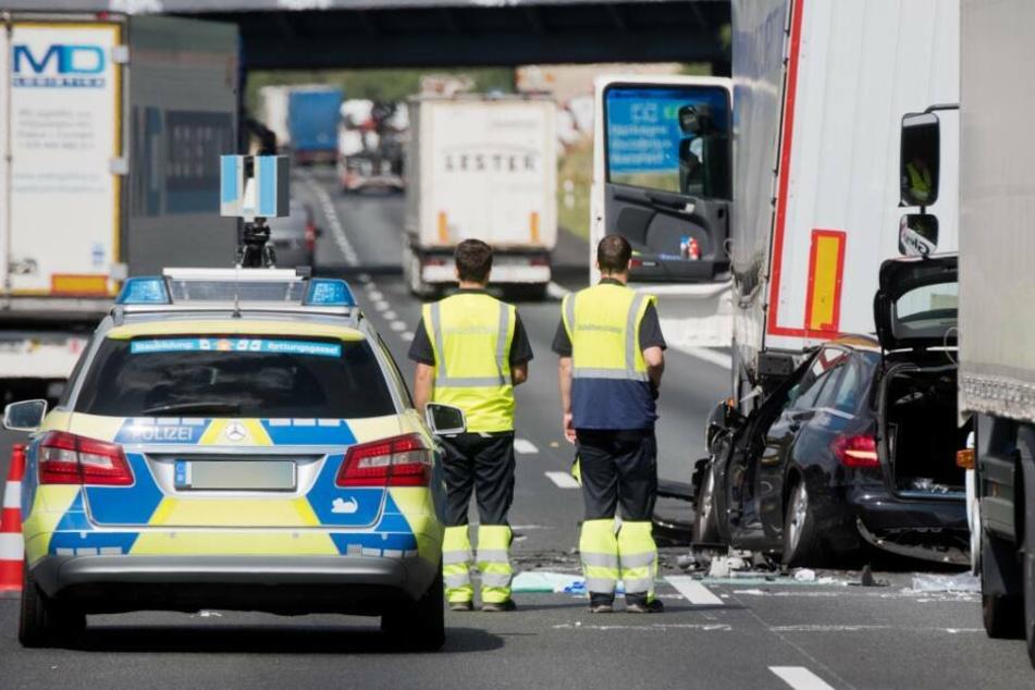 Wagen überschlägt sich auf Autobahn: Drei Kinder verletzt