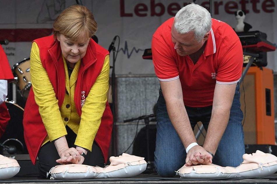 Übte vor Kurzem die Wiederbelebung: Bundeskanzlerin Angela Merkel (63, CDU).