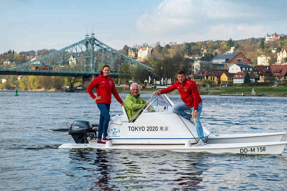 Die Dresdner Olympia-Helden Steffi Kriegerstein (l.) und Tom Liebscher (r.) beschenkten gestern ihren Coach Jens Kühn mit einem neuen Boot.