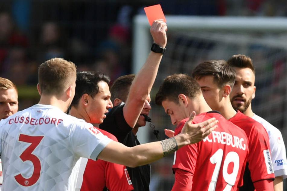 Spielszene am Sonntag: Freiburgs Janik Haberer (rechts) kassiert die Gelb-Rote Karte.
