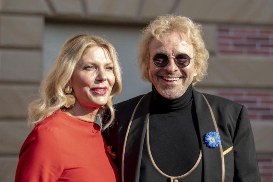 Heute ist der Entertainer mit Karina Mross (57) zusammen. Ob er die Entscheidung bereut?
