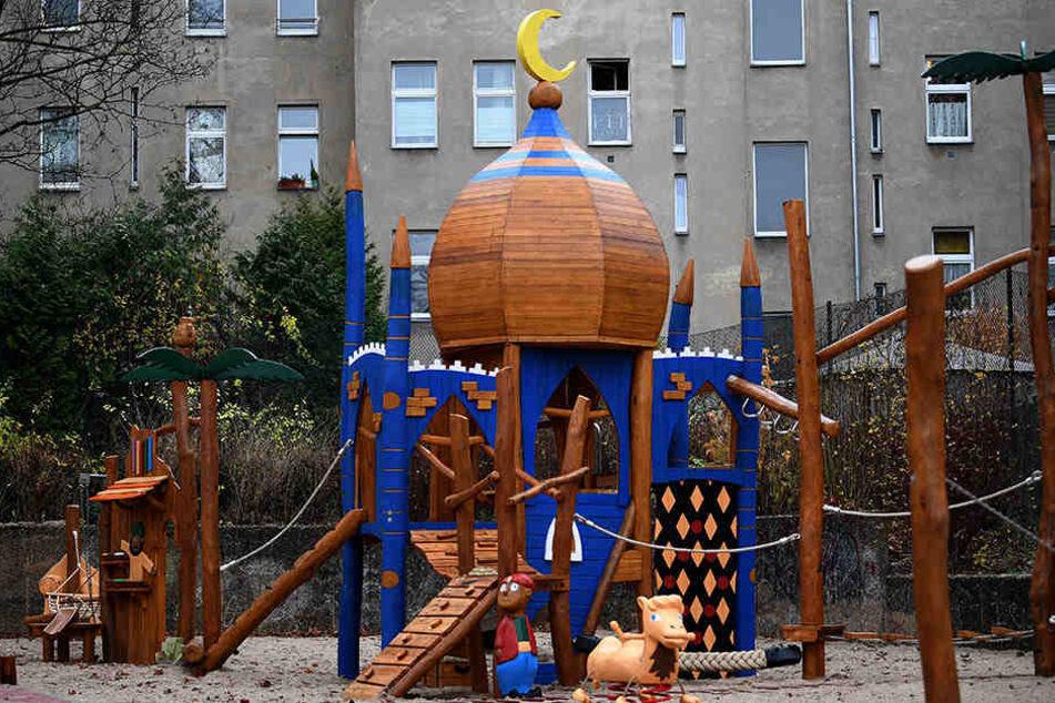 """Unter Polizeischutz musste der Spielplatz """"Ali Baba und die 40 Räuber"""" am Mittwoch eröffnen."""